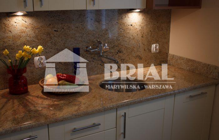 blat granitowy, kuchnia w ciepłych kolorach, ciepła kuchnia, granit indyjski, zlew podwieszony, otwór obrabiany w blacie kamiennym